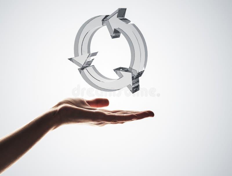 Il concetto di riutilizzazione e ricicla presentato dall'icona di vetro in palma immagini stock