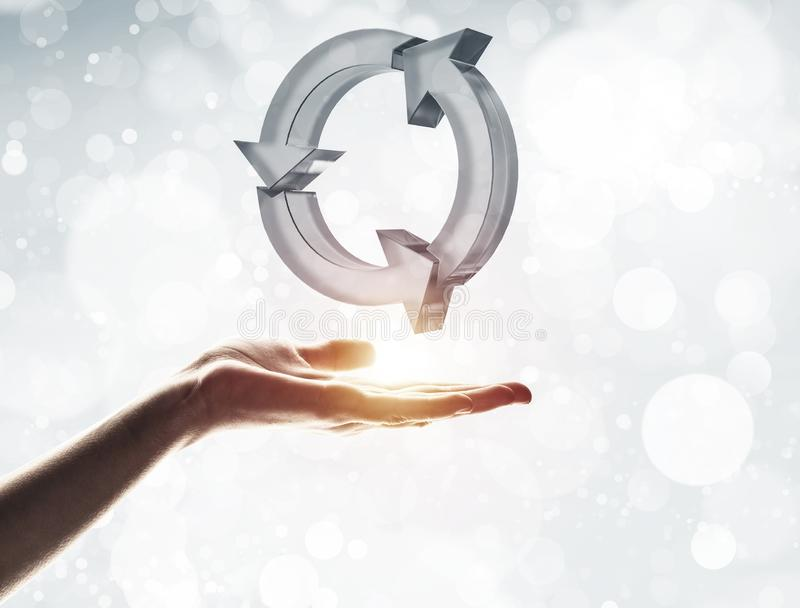 Il concetto di riutilizzazione e ricicla presentato dall'icona di vetro in palma immagini stock libere da diritti