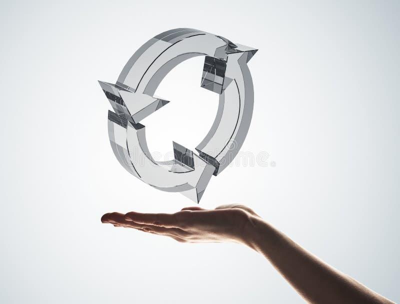 Il concetto di riutilizzazione e ricicla presentato dall'icona di vetro in palma fotografie stock libere da diritti