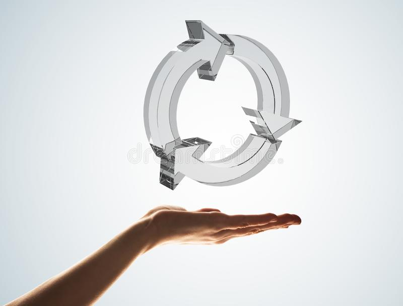 Il concetto di riutilizzazione e ricicla presentato dall'icona di vetro in palma fotografia stock