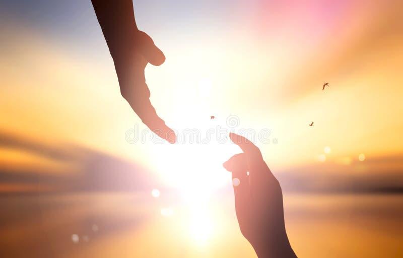 Il concetto di salvezza del ` s di Dio: siluetta del concetto della mano amica e del giorno dell'internazionale di pace immagini stock libere da diritti