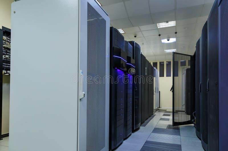 Il concetto di tecnologia della comunicazione di Internet e della rete, l'interno del centro dati, server tormenta con la telecom immagini stock libere da diritti