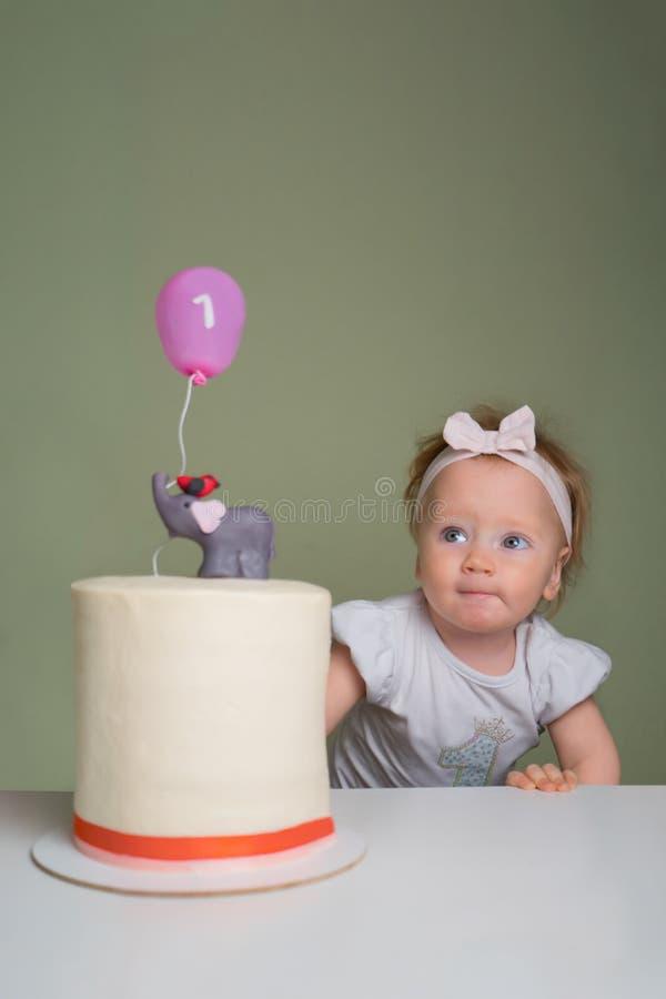 Il concetto di una festa del ` s dei bambini Concetto della torta di compleanno Torte di compleanno esclusive Il concetto di un ` fotografia stock