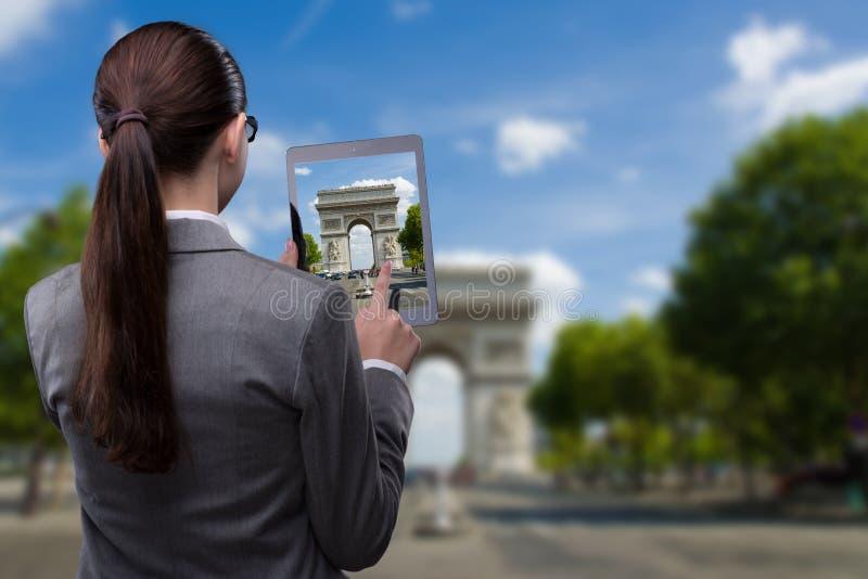 Il concetto di viaggio di realtà virtuale con la donna e la compressa immagini stock libere da diritti