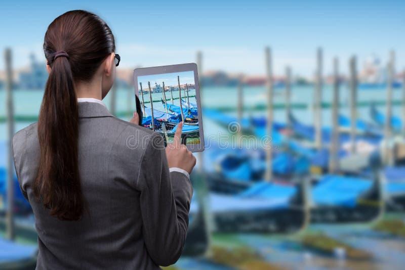 Il concetto di viaggio di realtà virtuale con la donna e la compressa fotografia stock libera da diritti