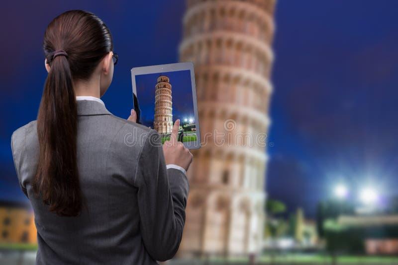 Il concetto di viaggio di realtà virtuale con la donna e la compressa fotografie stock libere da diritti