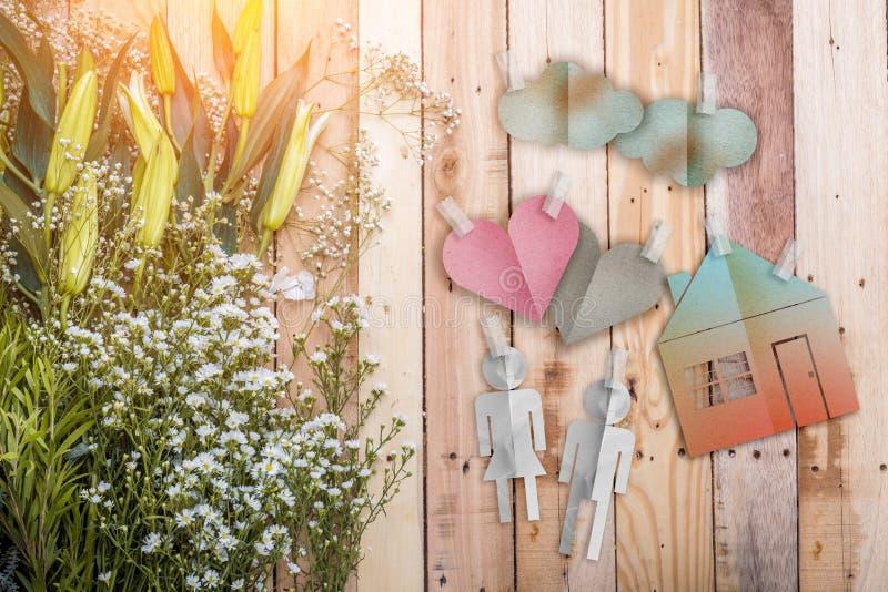 Il concetto domestico con la carta di forma della casa ha tagliato con la struttura del tre della natura immagini stock