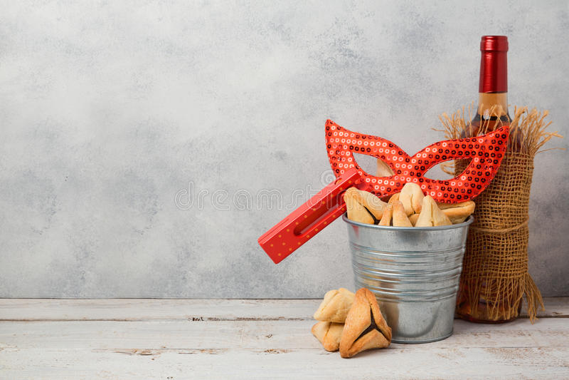 Il concetto ebreo di Purim di festa con hamantaschen i biscotti o le orecchie dei hamans, maschera di carnevale fotografia stock