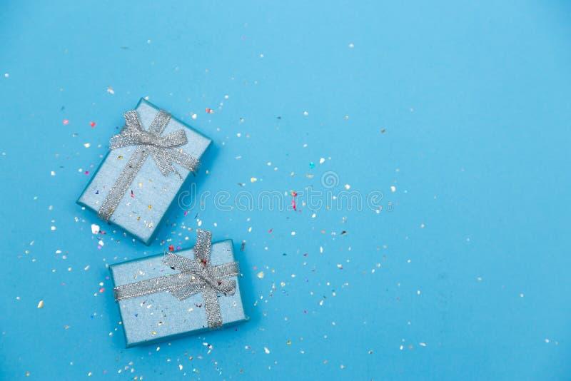 Il concetto minimo blu pastello con meravigliosamente avvolto presen fotografia stock