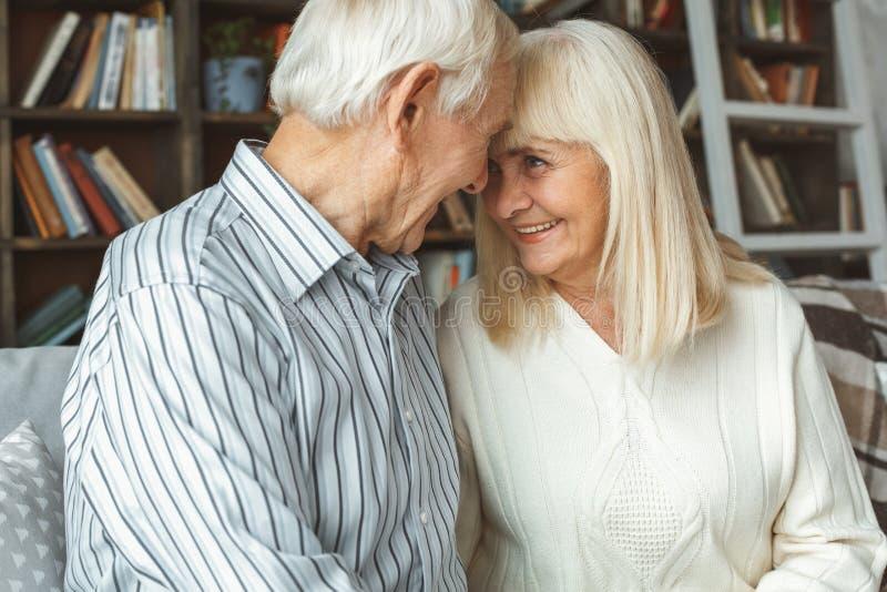 Il concetto senior di pensionamento delle coppie a casa dirige insieme il primo piano fotografia stock