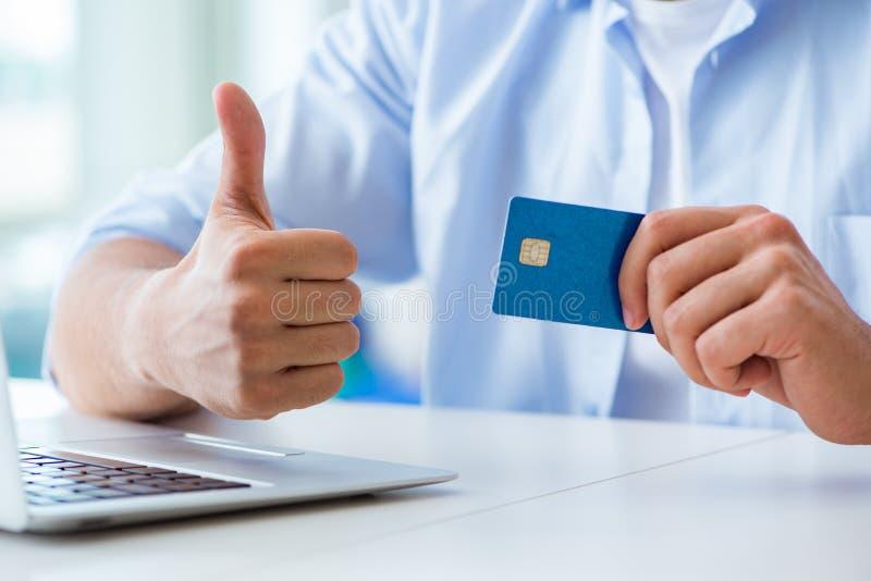 Download Il Concetto Sui Pagamenti Online Con La Carta Di Credito Immagine Stock - Immagine di acquisto, finanziario: 117977399