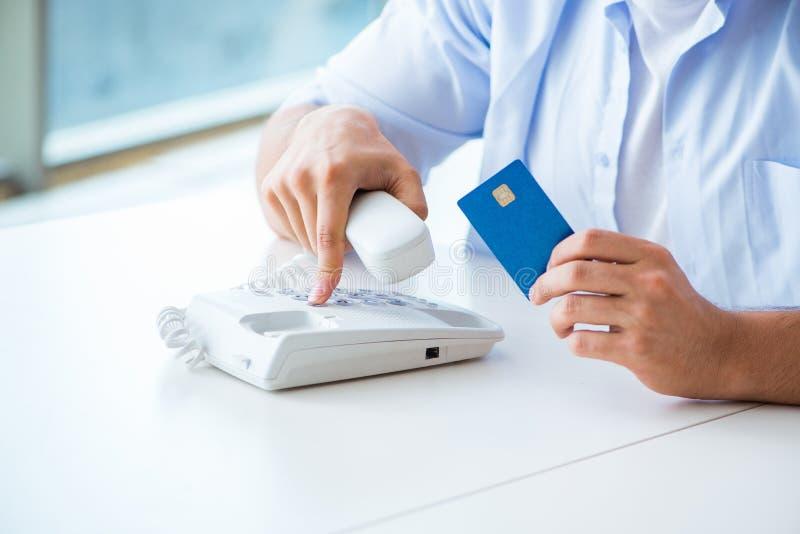 Download Il Concetto Sui Pagamenti Online Con La Carta Di Credito Fotografia Stock - Immagine di ordine, pagamento: 117977554