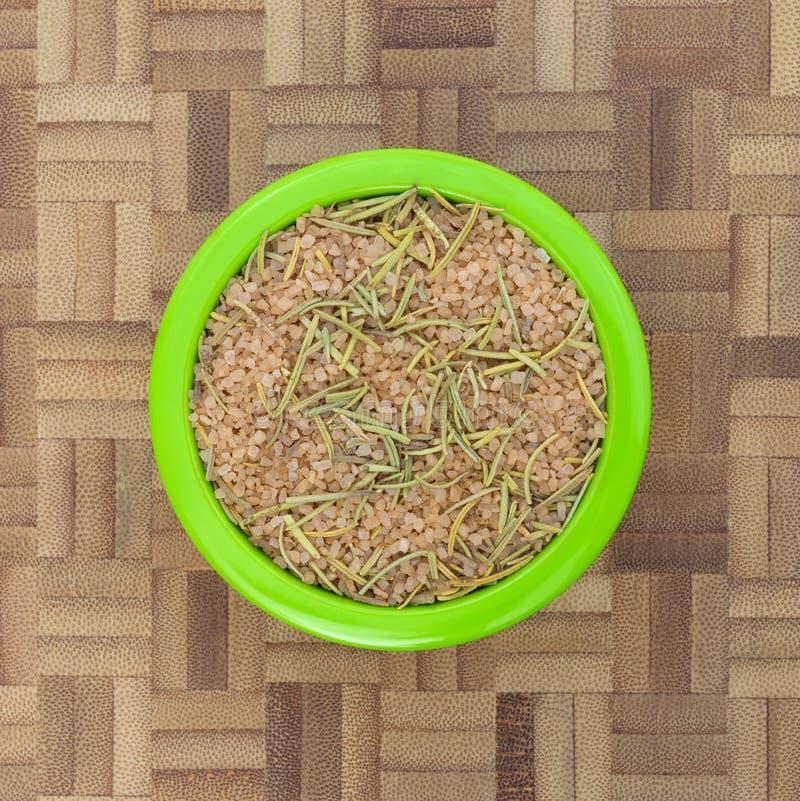 Il condimento toscano semplice mescola dentro una piccola ciotola verde fotografia stock libera da diritti