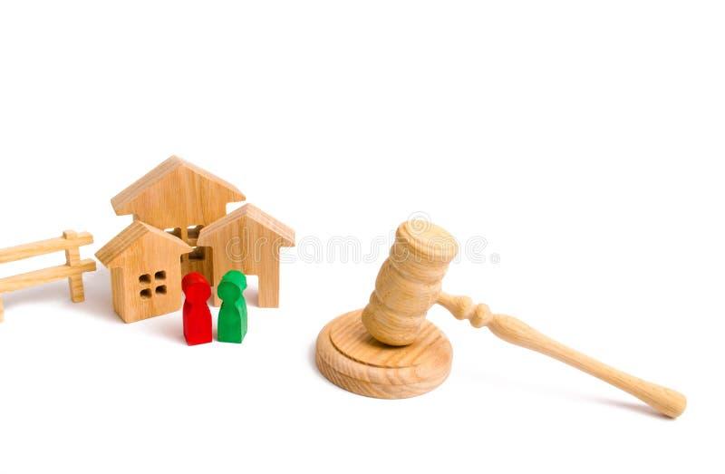 Il condominio di legno con la gente, le chiavi e un giudice martellano su un fondo bianco Il concetto delle leggi e dei regolamen fotografia stock