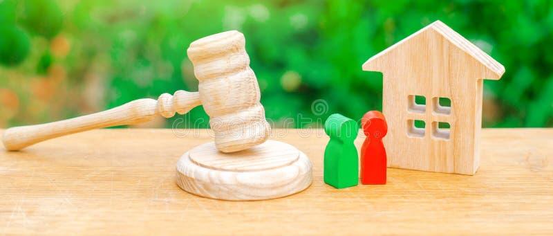 Il condominio di legno con le chiavi e un giudice martellano su un fondo verde Il concetto della prova di un condominio Confisc immagini stock libere da diritti
