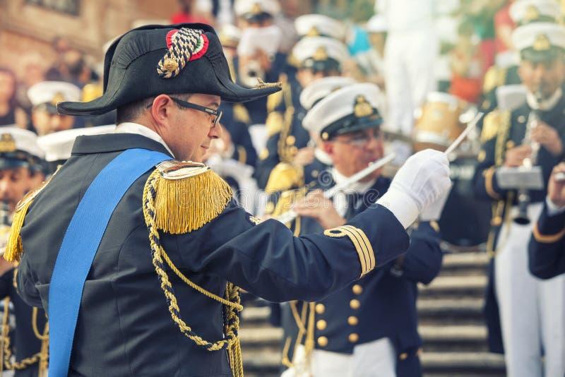Il conduttore di orchestra in uniforme militare con la banda musicale nello Spagnolo fa un passo a Roma, Italia fotografia stock