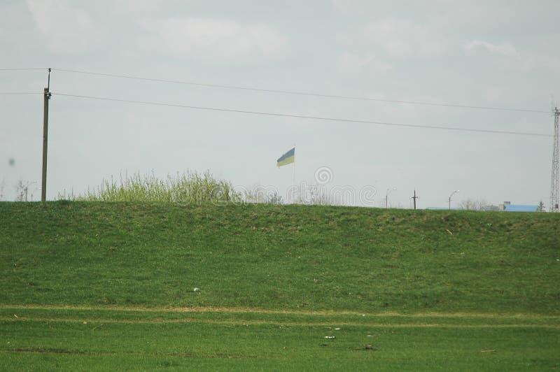 Il confine della bandiera dell'Ucraina nella distanza fotografie stock