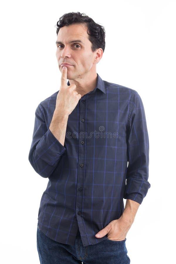 Il consumatore è pensieroso La persona sta indossando lo shir sociale blu scuro immagini stock libere da diritti