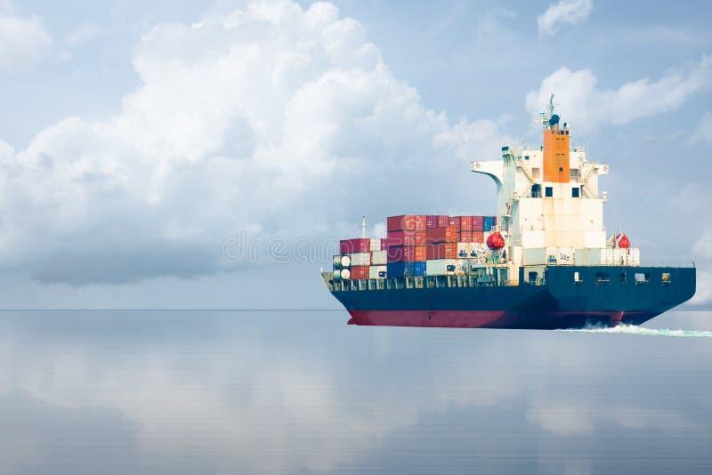 Il container della nave va all'oceano fotografia stock libera da diritti