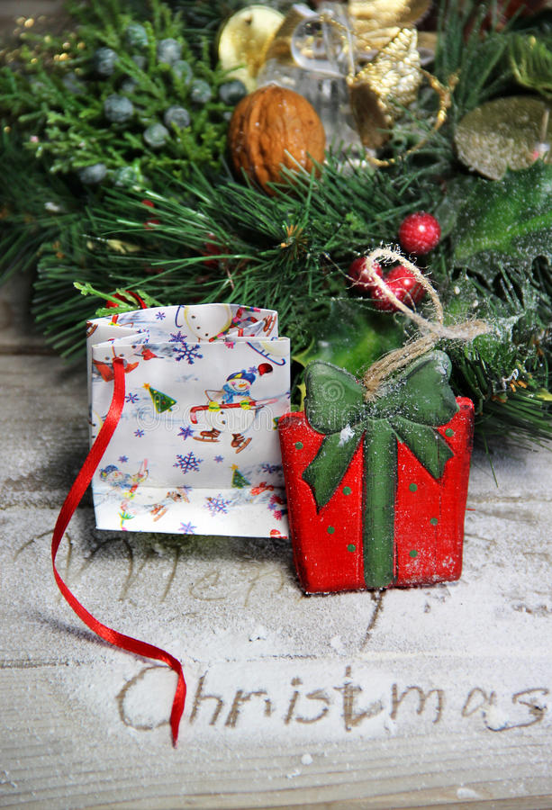 Il contenitore attuale di legno ed il Natale di bello giocattolo si avvolgono fotografie stock libere da diritti