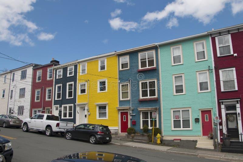 Il contenitore Colourful di sale si dirige nel distretto di Quidi Vidi di St Johns immagine stock