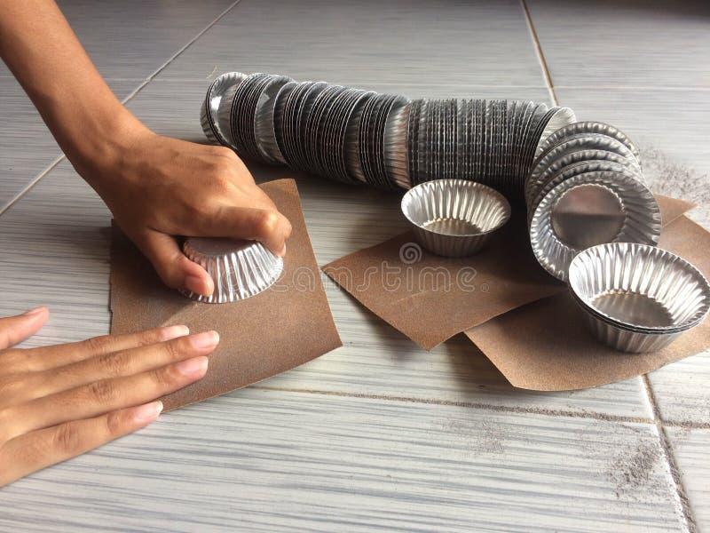 Il contenitore del metallo è una piccola tazza per cuocere immagine stock libera da diritti