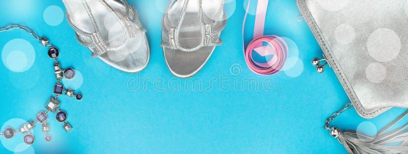 Il contenitore di collana della borsa delle scarpe di vestito dai regali dei gioielli degli accessori della composizione nell'ins immagini stock