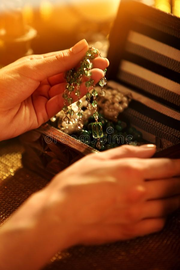 Il contenitore di gioielli con le mani femminili tocca le decorazioni dei gioielli immagine stock libera da diritti