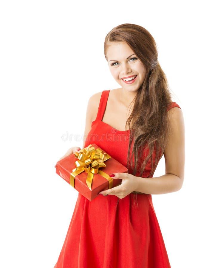 Il contenitore di regalo attuale della donna, ragazza in vestito rosso celebra il compleanno o fotografia stock libera da diritti