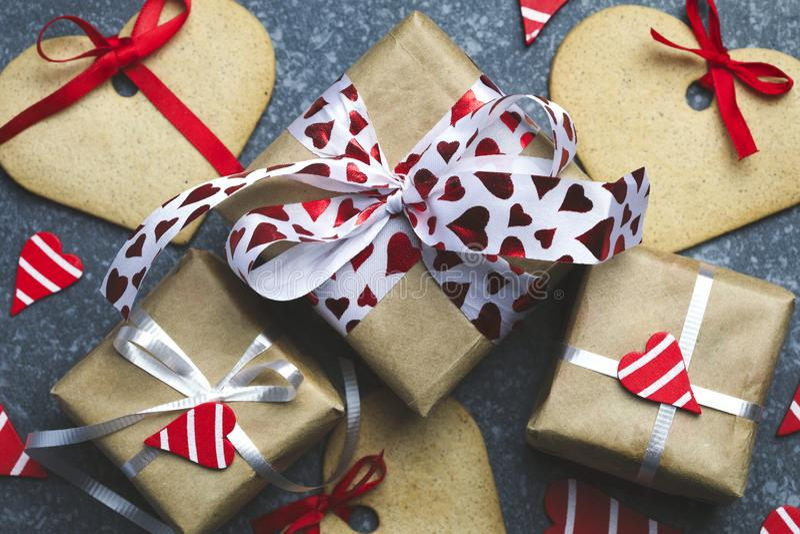 Il contenitore di regalo con i cuori ed il cuore rossi decorativi ha modellato i biscotti immagini stock
