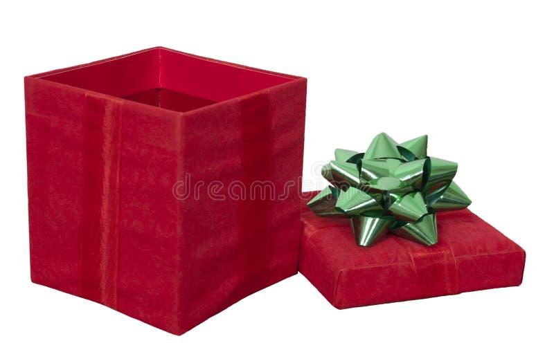 Il contenitore di regalo rosso del regalo di Natale, arco ha isolato il bianco immagini stock libere da diritti