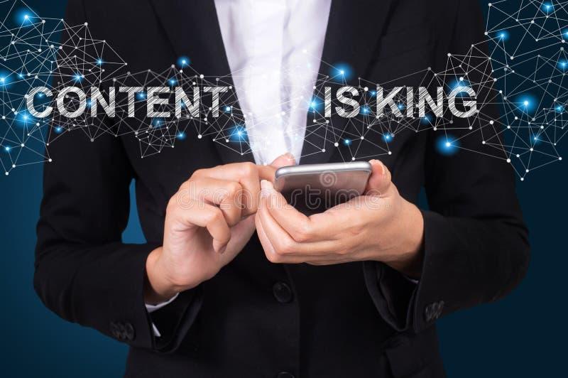 Il contenuto è concetto di re, donna di affari che per mezzo dello Smart Phone mobile, fotografia stock libera da diritti