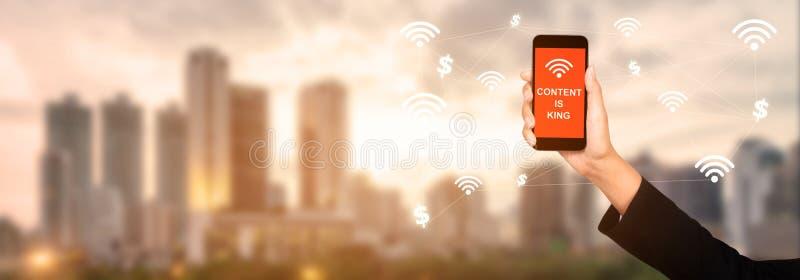 Il contenuto è re sullo schermo dello smartphone in mano della donna di affari continuazione fotografia stock libera da diritti