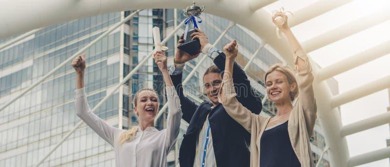 Il contesto commerciale degli uomini d'affari in abbigliamento aziendale è felice di essere vincitore di un concorso di competizi fotografie stock libere da diritti