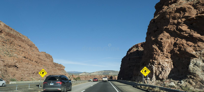 Il contrassegno del New Mexico del pericolo di si rivolta su una strada di montagna fotografia stock