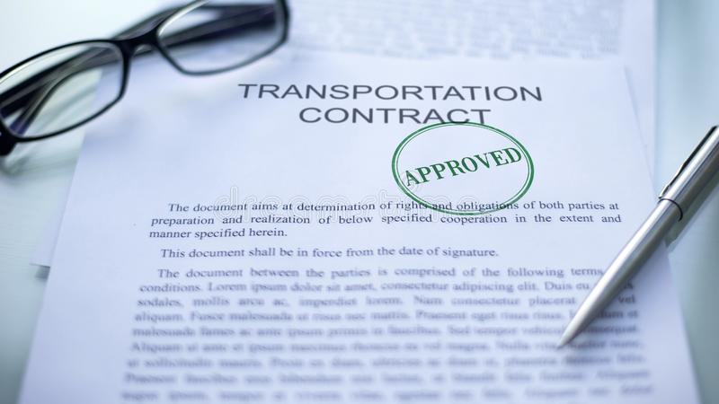 Il contratto del trasporto ha approvato, guarnizione ha timbrato sul documento ufficiale, affare fotografie stock