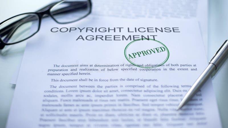 Il contratto di licenza di Copyright ha approvato, guarnizione ha timbrato sul documento di affari ufficiali immagine stock libera da diritti