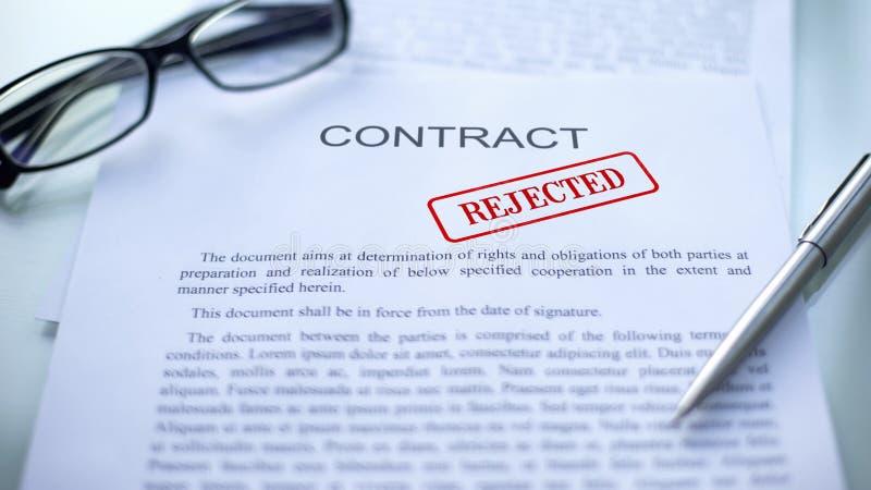 Il contratto ha rifiutato, guarnizione ha timbrato sul documento ufficiale, fine di affare di affari su immagine stock