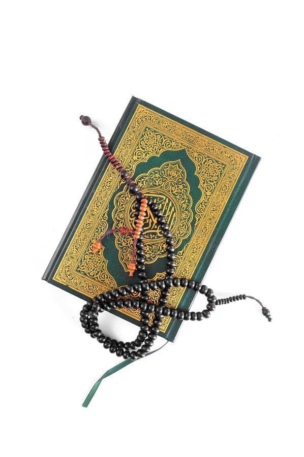 Il Corano santo con il rosario fotografia stock libera da diritti