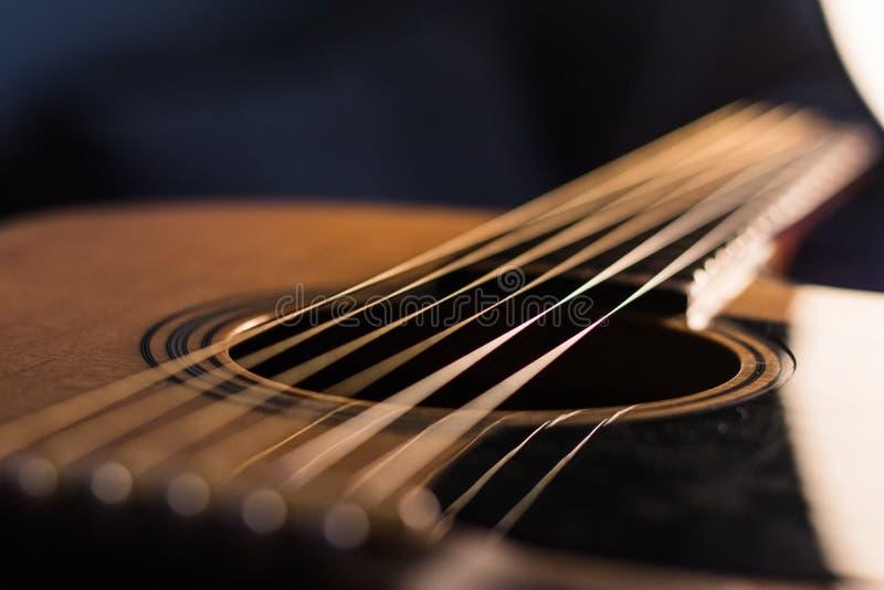 Il corpo e le corde della chitarra acustica si chiudono su fotografie stock libere da diritti