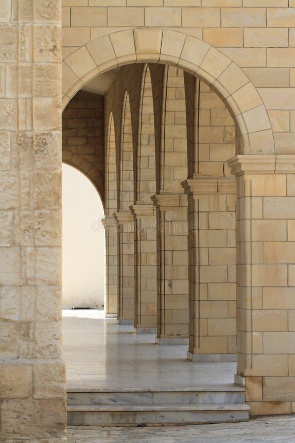 Il corridoio con le colonne si chiude su verticale immagini stock