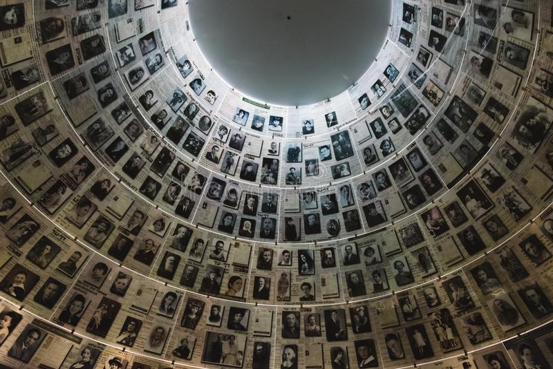 Il Corridoio dei nomi nel sito commemorativo di olocausto di Yad Vashem a Gerusalemme, Israele, ricordante alcuni dei 6 milione e fotografia stock