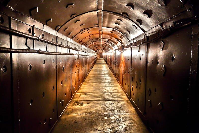 Il corridoio del vecchio bunker fotografia stock libera da diritti