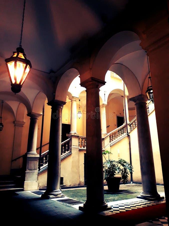 Il corridoio del vecchio palazzo a Genova fotografia stock