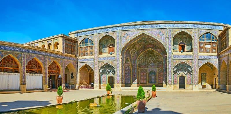 Il corridoio di preghiera di estate della moschea di Nasir Ol-Molk, Shiraz, Iran fotografia stock