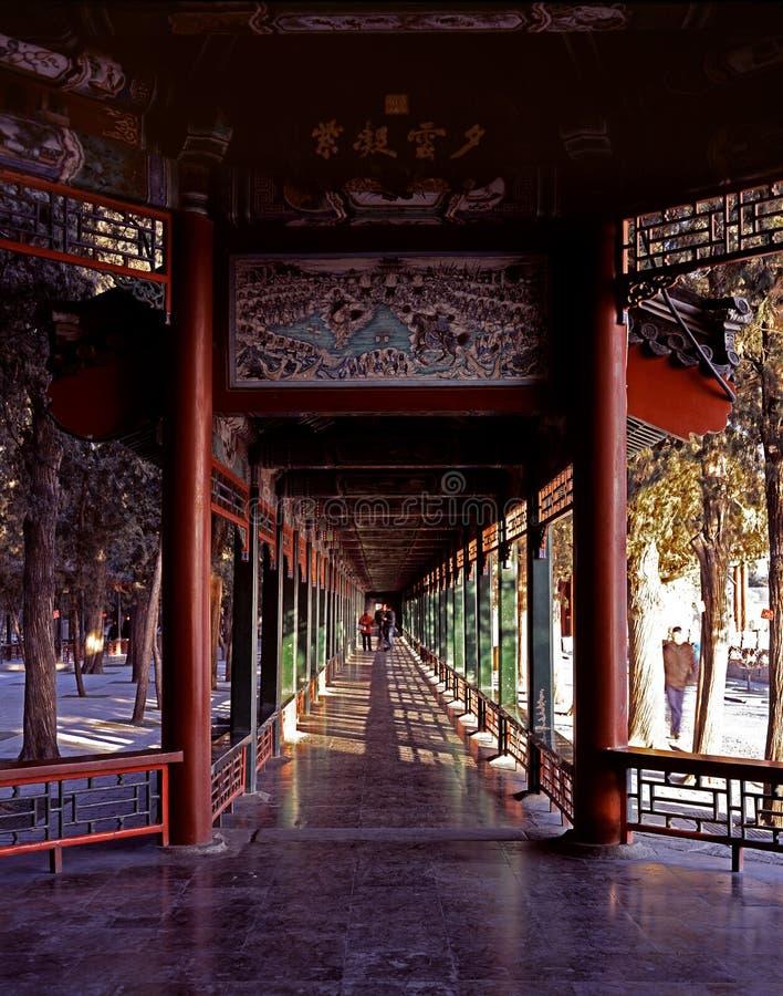 Il corridoio lungo del palazzo di estate fotografie stock libere da diritti