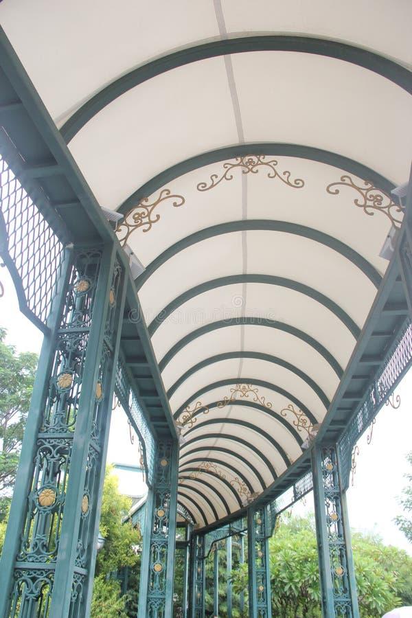 Il corridoio lungo dell'arco bianco fotografia stock libera da diritti