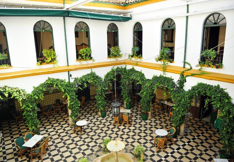 Il cortile di una casa padronale andalusa, provincia di Cabra, Cordova, Spagna immagine stock libera da diritti