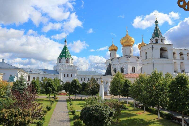 Il cortile interno del monastero di Ipatiev un giorno soleggiato fotografia stock libera da diritti