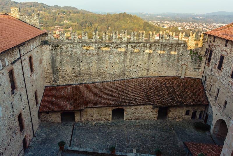 Il cortile interno della fortezza Alte pareti di pietra Vista da sopra L'Italia Angera Castle Rocca di Angera annata fotografie stock libere da diritti